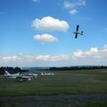 B-RC03-Ausflug_2013-153-1S-Wasserkuppe-Flugplatz+Motorflieger_in_Kurve-WEB